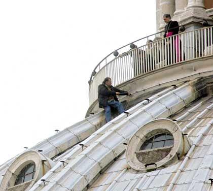 Mann auf der Kuppel: Ein Geistlicher versucht, den Lebensmüden von seinem Plan abzubringen