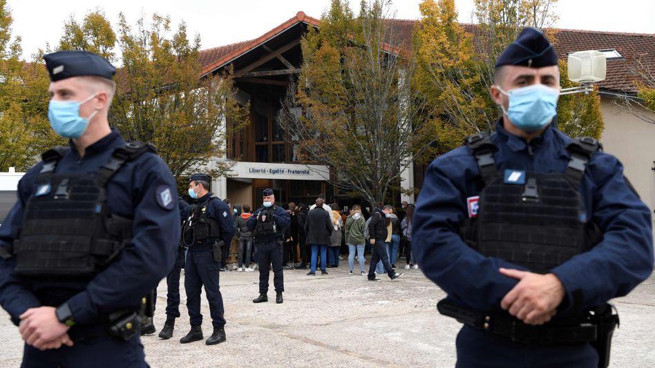 Französische Polizisten vor der Schule in Conflans-Saint-Honorine