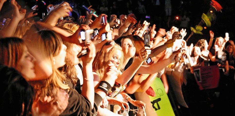 Handy-Nutzer auf einem Popkonzert