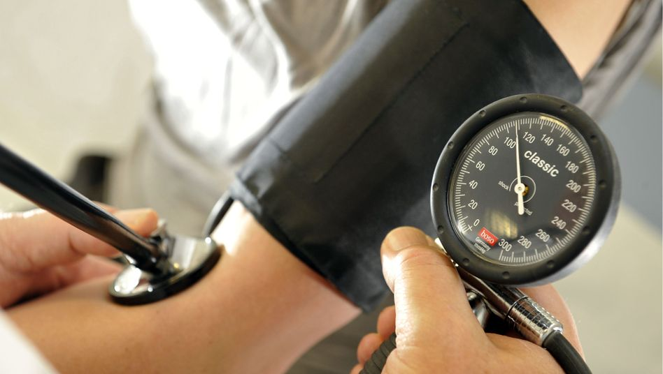 Blutdruckmessung in einer Arztpraxis: Jeder zehnte Euro geht in die Gesundheit