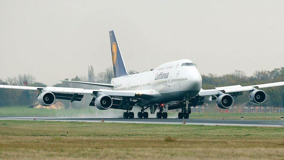 Lufthansa-Jumbo landet in Berlin-Tegel