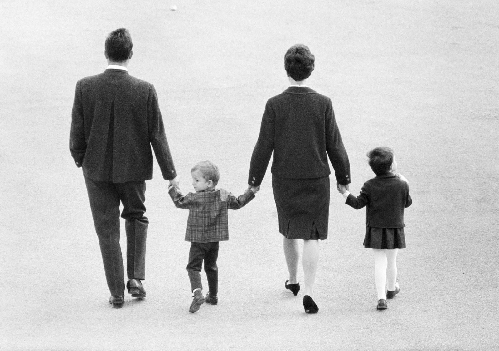 Sechziger Jahre, Menschen, junge Familie macht einen Sonntagsspaziergang, Vater, Sohn, Mutter, Tochter