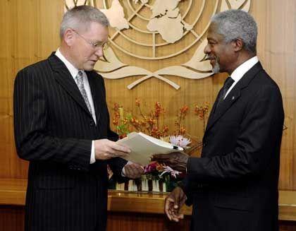 U.N. investigator Detlev Mehlis turns over his report to Secretary General Kofi Annan.
