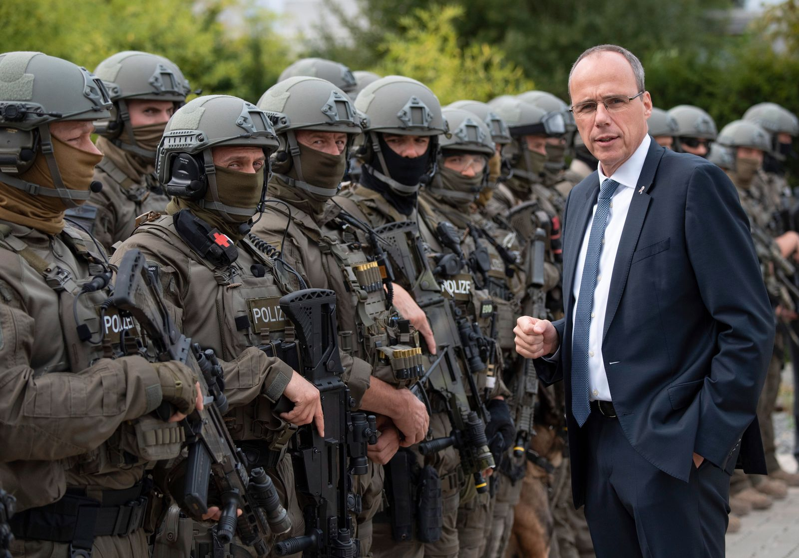 Hessens Innenminister Beuth mit SEK-Beamten