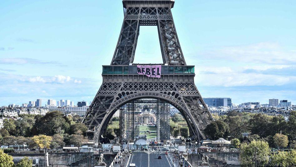 Eiffelturm mit Protestplakat