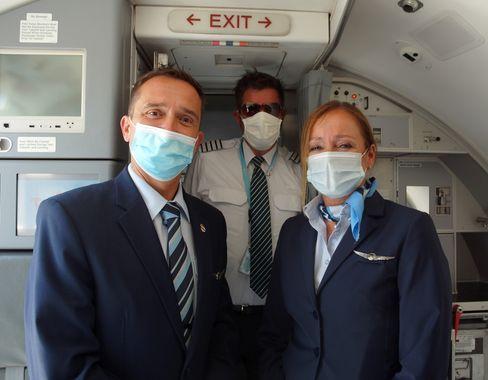 Kabinen-Chefin Iris Sieger (r.) auf ihrem ersten Flug seit März