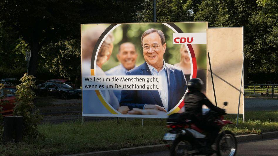 Plakat mit Unions-Kanzlerkandidat Armin Laschet in Berlin