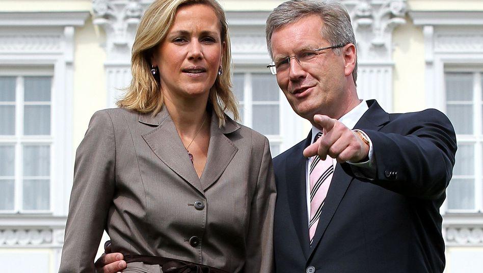 """Christian Wulff, Gattin Bettina: Häme, Spott, Misstrauen? - """"Das kann so nicht bleiben"""""""