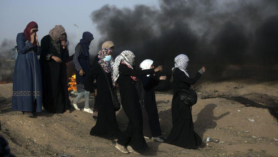 Palästinensische Frauen protestieren im Grenzgebiet zu Israel