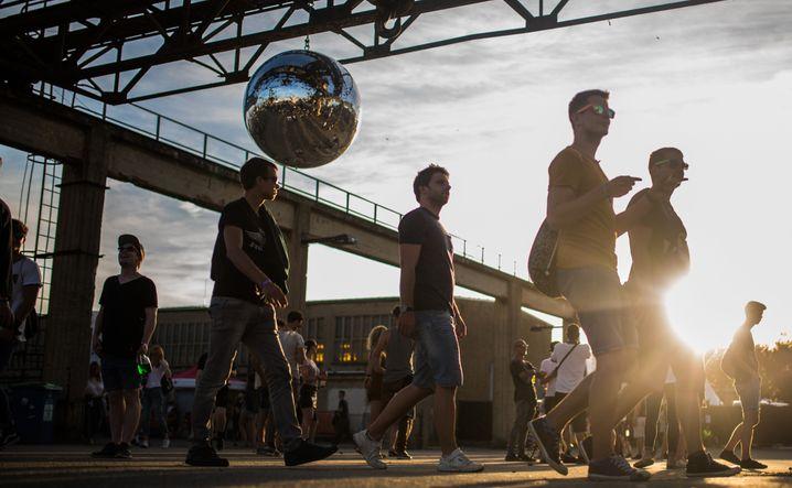 Besucher des Melt! Festivals stehen am 17.07.2016 in Gräfenhainichen (Sachsen-Anhalt) unter einer Diskokugel. Rund 20 000 Musikfans haben am Wochenende in der Baggerstadt Ferropolis beim Melt-Festival gefeiert. Foto: Sophia Kembowski/dpa +++(c) dpa - Bildfunk+++ |