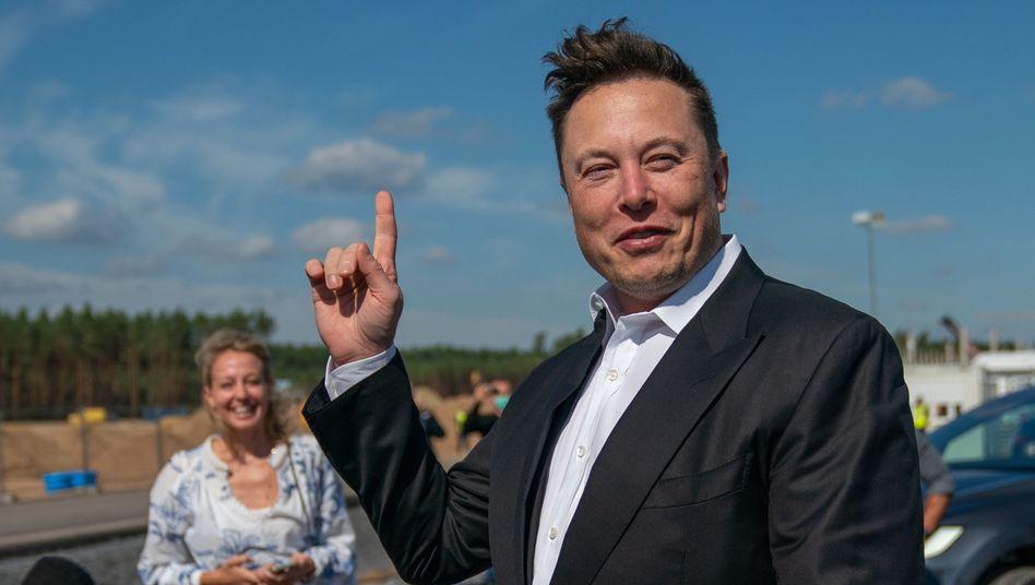 Elon Musk bei einem Besuch in Deutschland: Der Tesla-Chef profitiert von der Kursrallye der Tesla-Aktie.