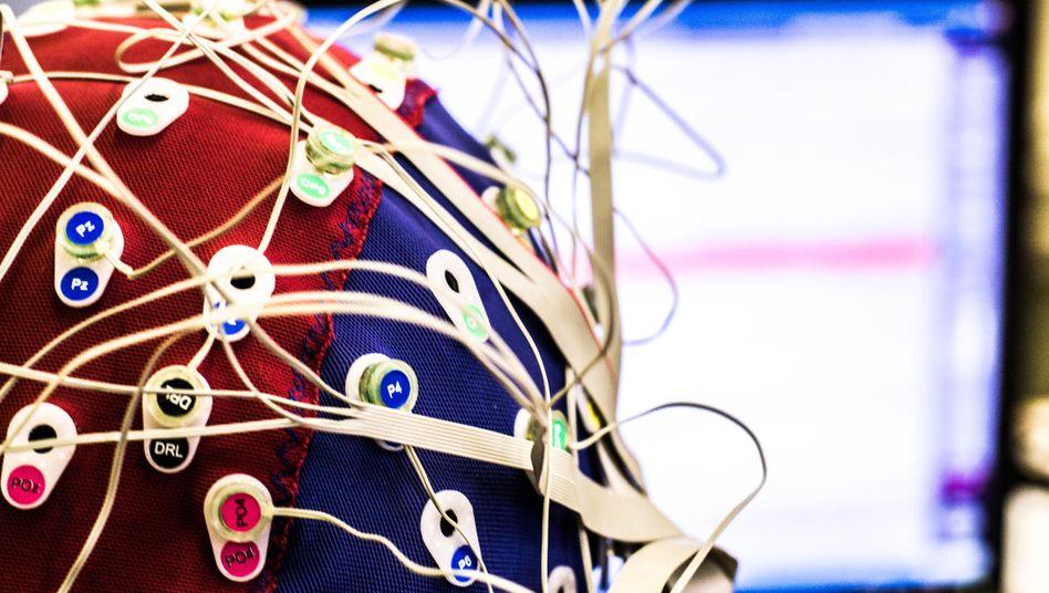 Symbolbild einer Haube, mit der Hirnströme gemessen werden können