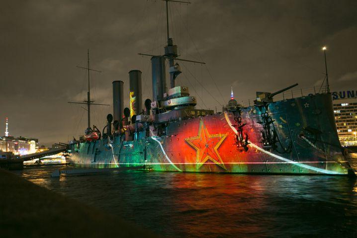 """Sankt Petersburger Museumsschiff """"Aurora"""" mit Projektion des Sowjetsterns: """"Die Organe der Macht funktionieren weiter"""""""