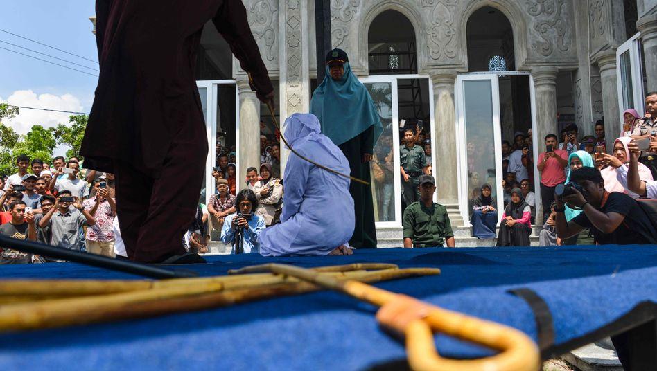 Eine unverheiratete Frau wird in Aceh mit Stockschlägen bestraft