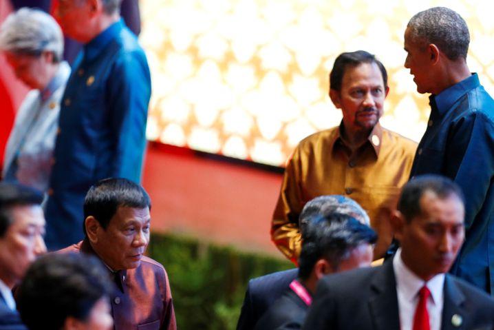 Duterte (2.v.l. vorne) und Obama (im Hintergrund) beim Asean-Gipfel in Laos
