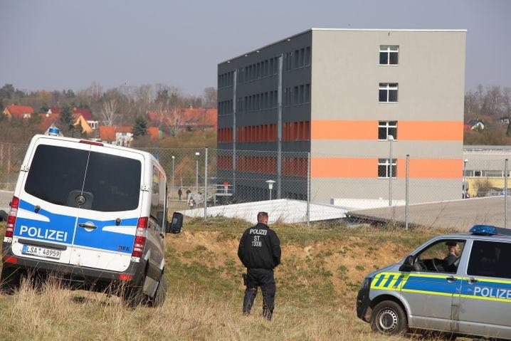 Erstaufnahme in Halberstadt: Die Polizei baute über Nacht Zäune auf