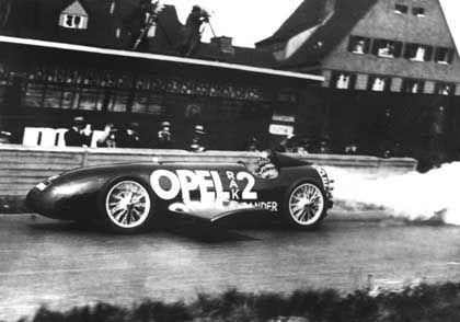 Skurriles Raketenauto: 120 Kilogramm Sprengstoff katapultierten Fritz von Opel mit seiner RAK2 auf 238 km/h