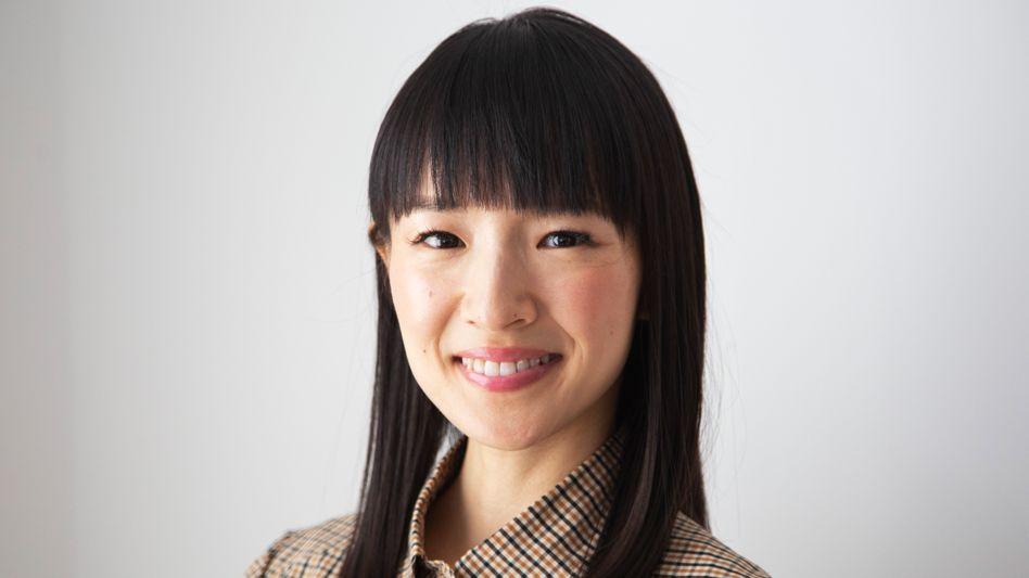 Als Studentin räumte Marie Kondo die Apartments ihrer Kommilitoninnen auf. Heute führt die 35-jährige Japanerin das erfolgreiche Unternehmen KonMari, das 400 Aufräumberater in 43 Ländern ausgebildet hat. Sie schreibt Buchbestseller und ist in einer Netflix-Serie zu sehen.