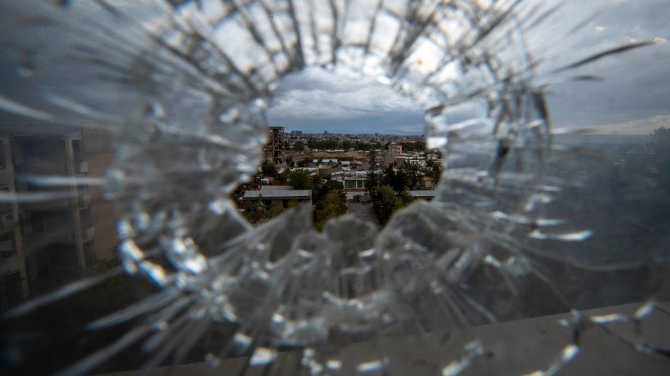 Durch einen Schuss gesprungenes Fenster in einem Krankenhaus der Hauptstadt Mekele
