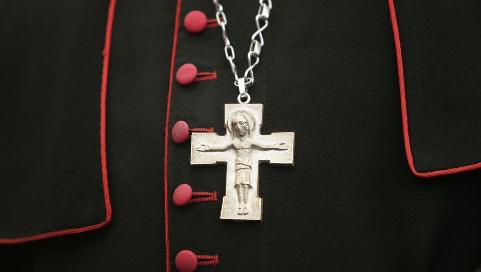 Erzbischöfliches Kreuz: Die katholische Kirche wird durch neue Missbrauchsfälle erschüttert
