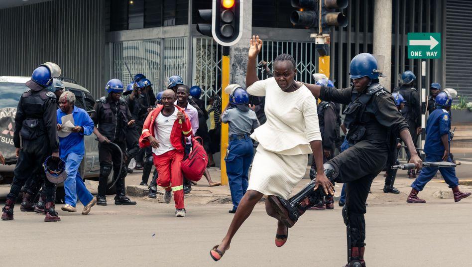 Polizisten gehen mit Gewalt gegen Demonstranten in Harare vor