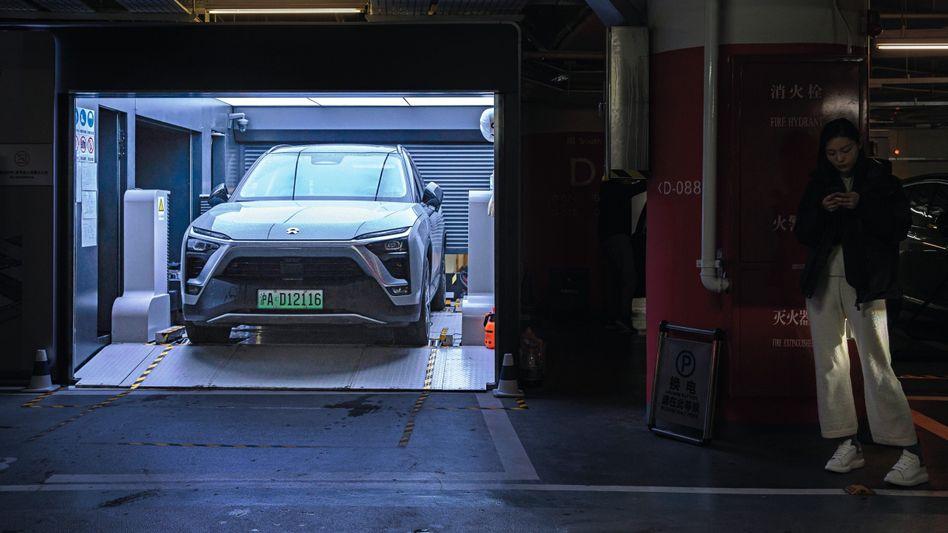 Nio-SUV ES6 in Batteriewechselstation in Shanghai
