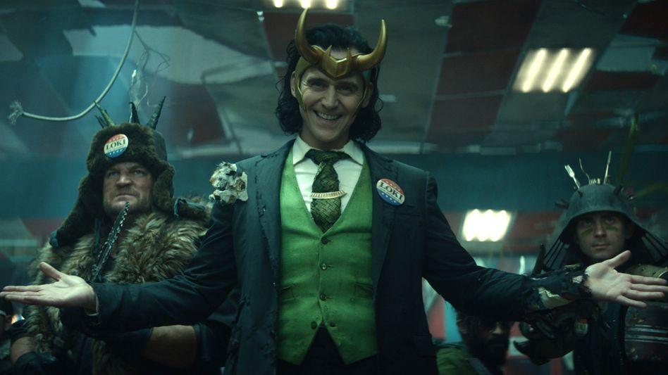Tom Hiddleston als Superschurke Loki in der gleichnamigen Serie auf Disney+