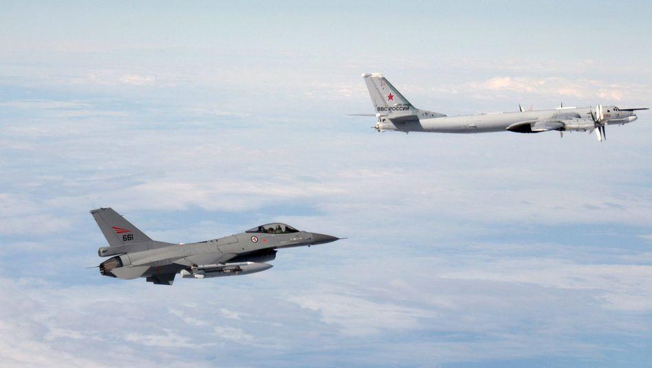 Norwegischer F-16-Kampfjet verfolgt russische Tupolew Tu-95: Foto der norwegischen Luftwaffe - ohne Angabe der Position