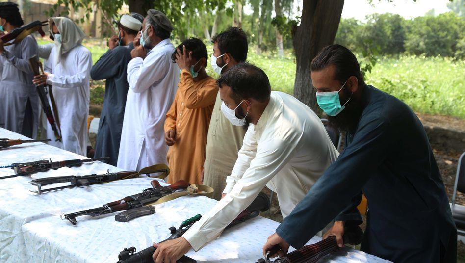 Friedensprozess in Afghanistan: Frühere Taliban-Kämpfer legen ihre Waffen nieder