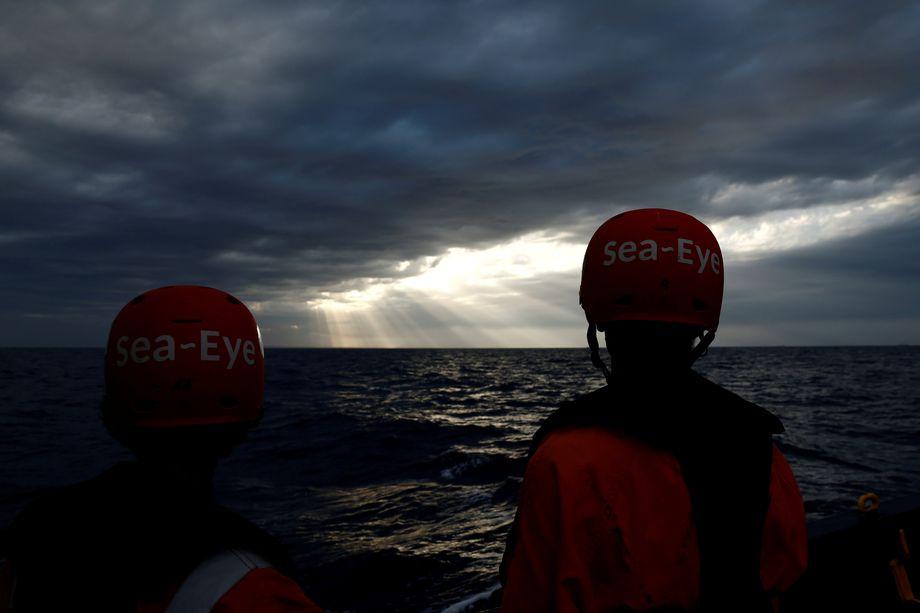 """Ohne Hafen: Aktivisten der """"Alan Kurdi"""""""