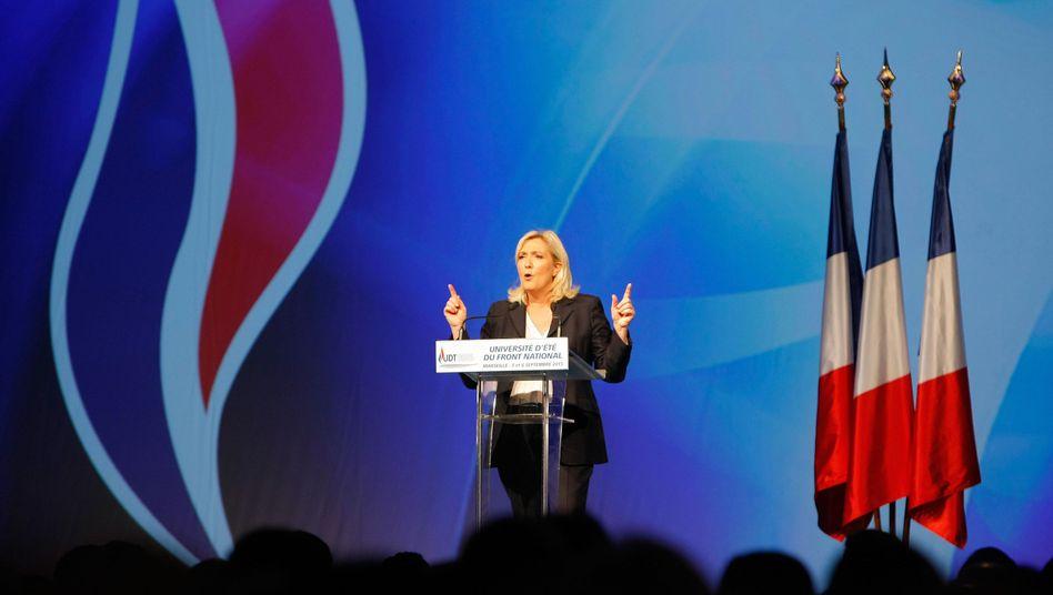 """Marine Le Pen in Marseille: """"Deutschland will uns Hunderttausende Asylsuchende aufzwingen"""""""