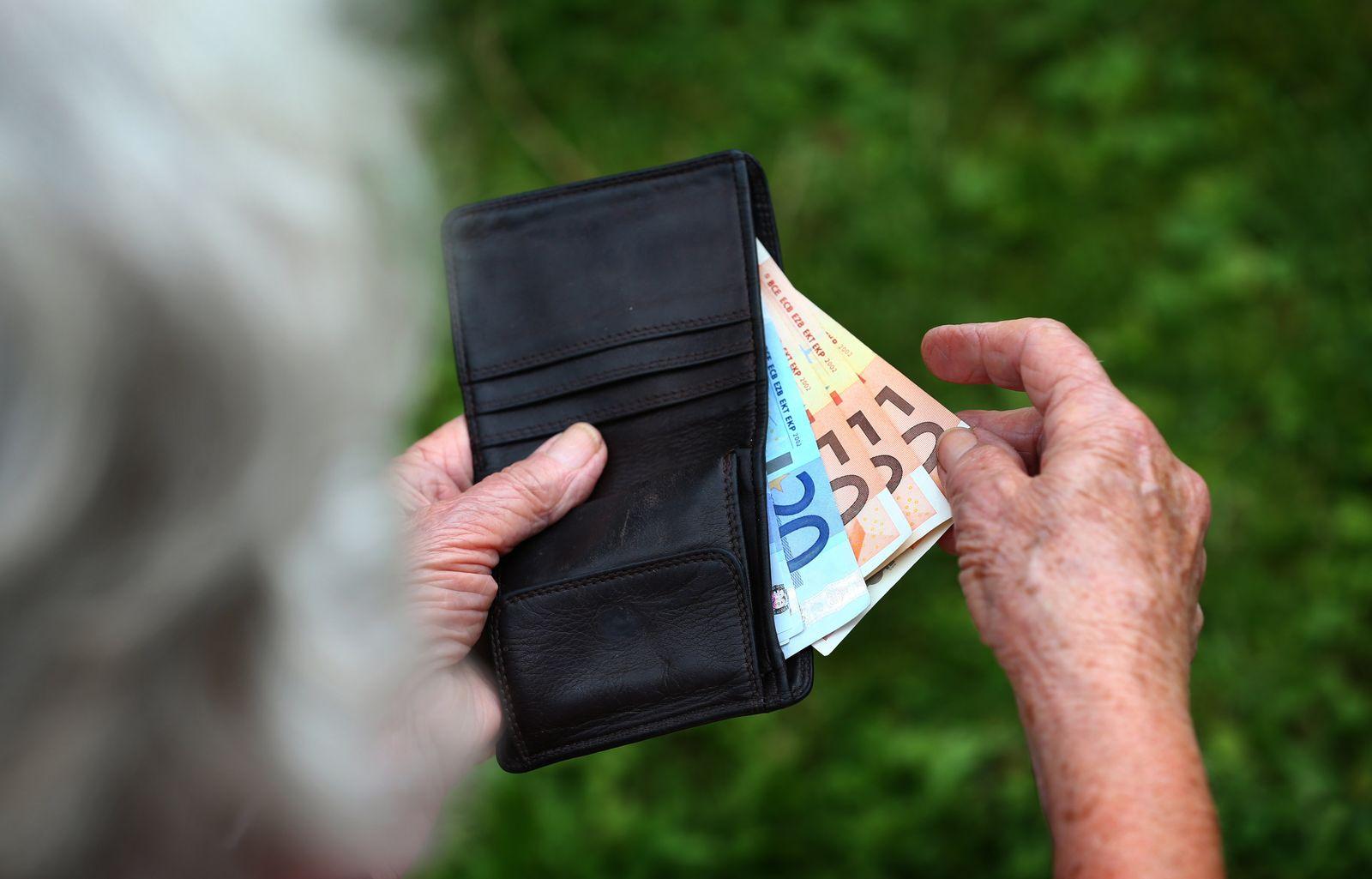 Rentnerin mit Euroscheinen