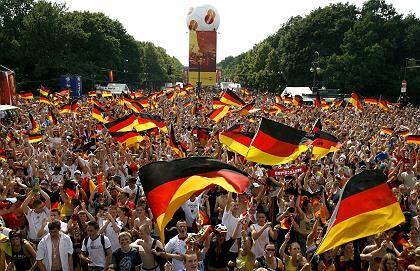 Fußball-WM-Begeisterte (in Berlin): Entscheidender Anteil am Imagewandel