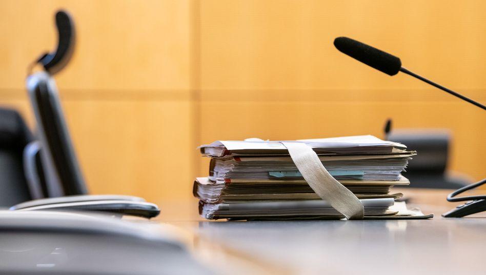 Raserprozess: Akten am Platz des Vorsitzenden Richters am Landgericht Darmstadt (Archiv)