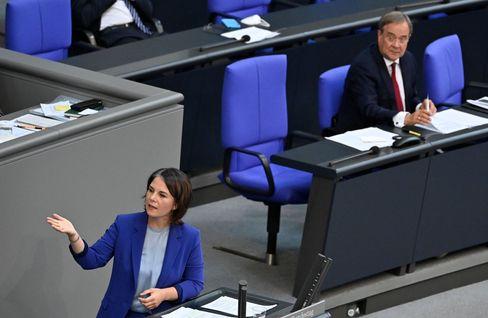 Annalena Baerbock wird bei ihrer Rede kritisch von Armin Laschet beäugt