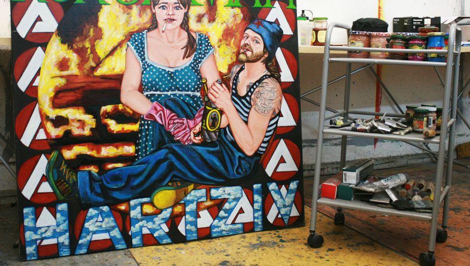 Atelier in Berlin: Der Künstler Samuel Wiesemann ist Autodidakt und hat ein Bild zum Thema Hartz IV gemalt