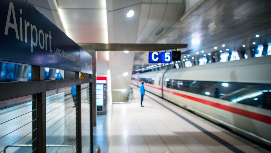 Bahnsteig des Flughafenbahnhofs in Frankfurt am Main