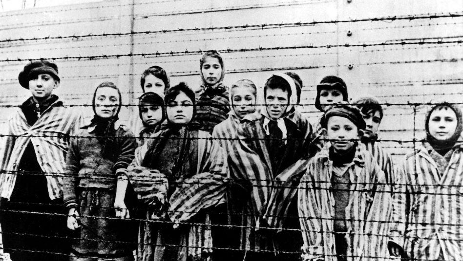 Kinder im KZ Auschwitz 1945