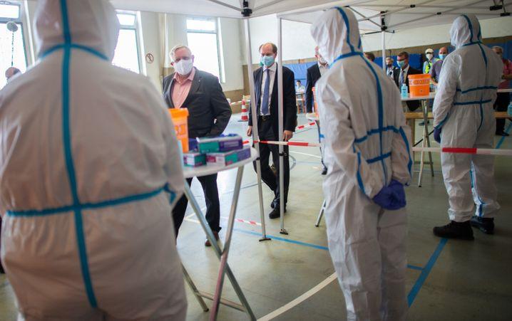 Karl-Josef Laumann beim Besuch im Testzentrum Gütersloh