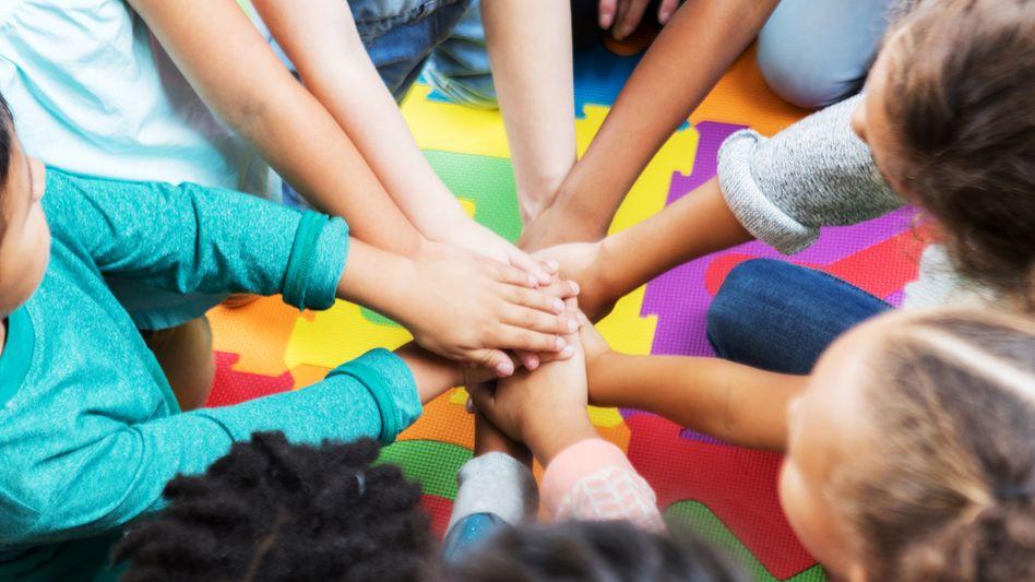 Kinder auf Turnmatten: Was ist angemessener Körperkontakt?