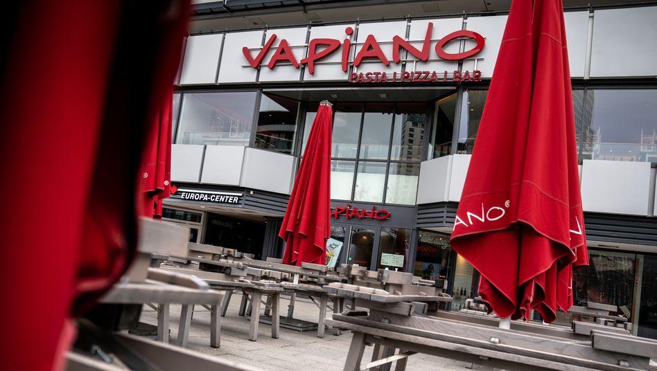 Rote Schirme, rote Zahlen: Auch das Vapiano-Restaurant am Berliner Breitscheidplatz ist geschlossen.