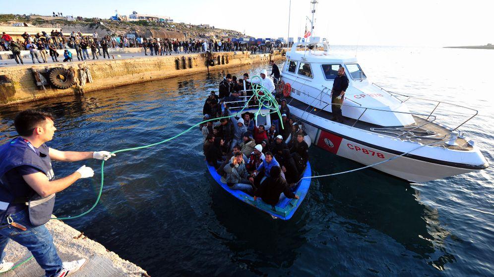 Flüchtlingschaos auf Lampedusa: Erschöpfte Migranten, eifernde Rechtspopulisten