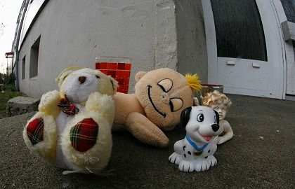 Plush toys are placed in front of the apartment where one of the most recent dead babies was discovered in the eastern German town of Lübben.