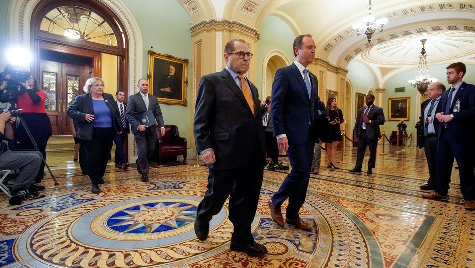 Here we go: US-Demokraten Adam Schiff (r.) und Jerrold Nadler auf dem Weg in den Senat, um Trump anzuklagen