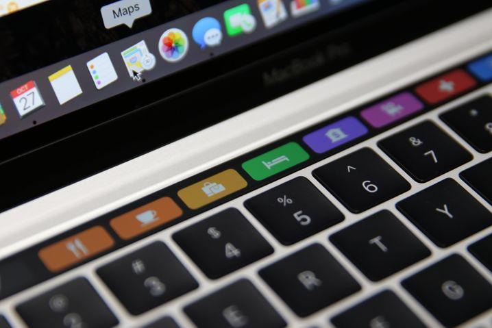 Die Touch Bar ist so etwas wie eine Funktionsleiste, aber als extrabreiter, schmaler Bildschirm oberhalb der Tastatur angeordnet