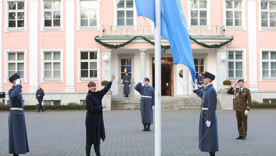 Tallinn an Neujahr: Estlands Staatspräsidentin Kersti Kaljulaid hisst die Flagge der Uno vor ihrem Amtssitz