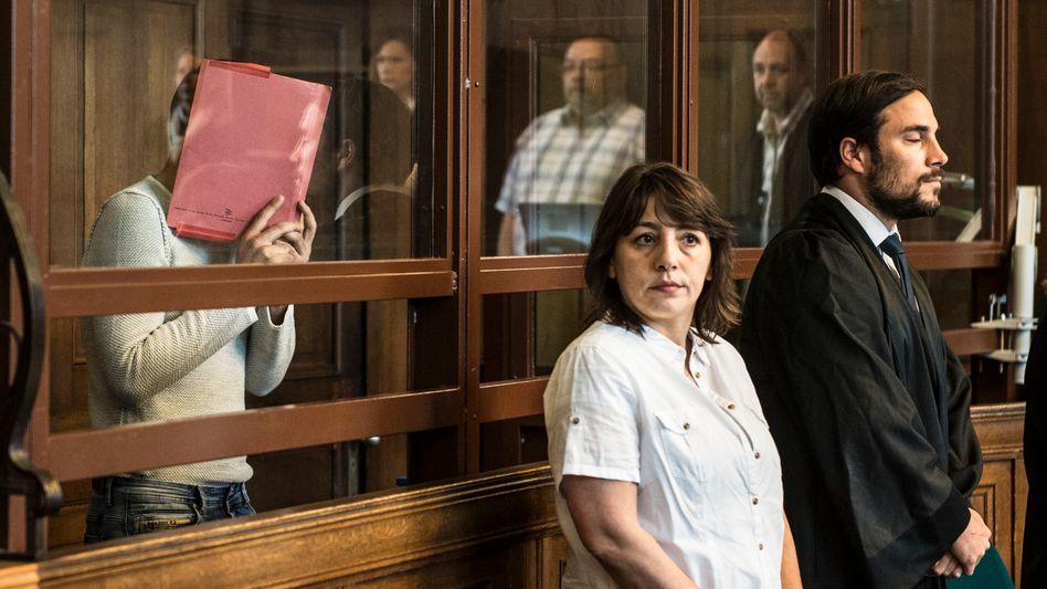 Swetoslaw S. (links) mit Dolmetscherin und Anwalt vor Gericht (Archiv)