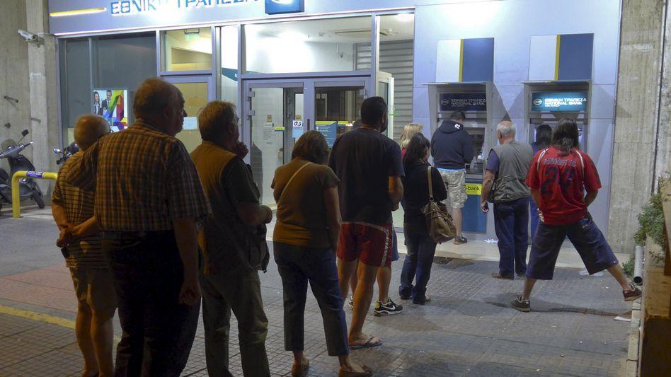 Schlange vor Athener Geldautomat: You had it coming.