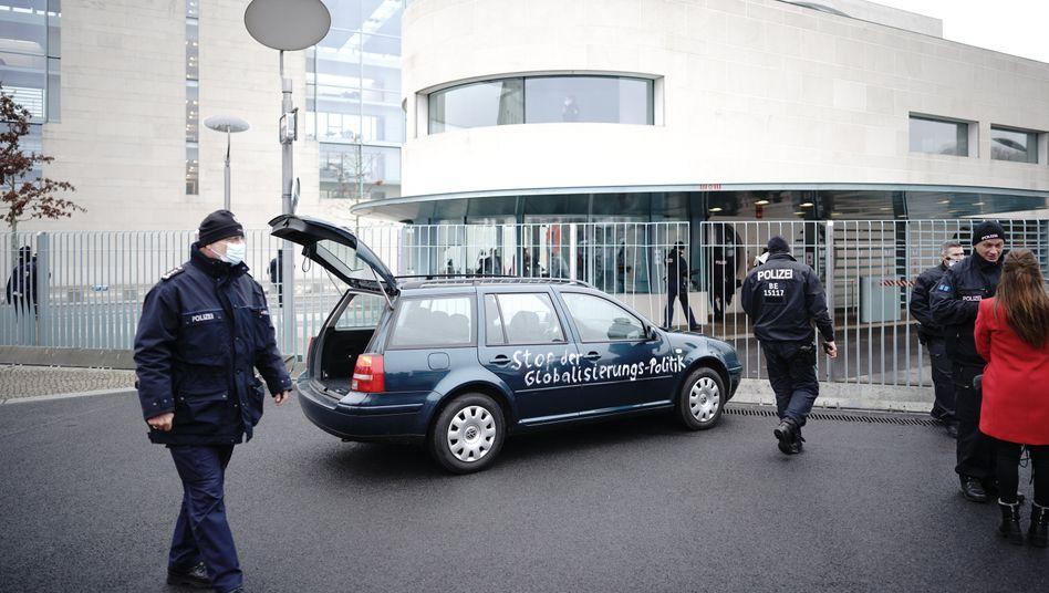 Das beschmierte Fahrzeug vor dem Bundeskanzleramt