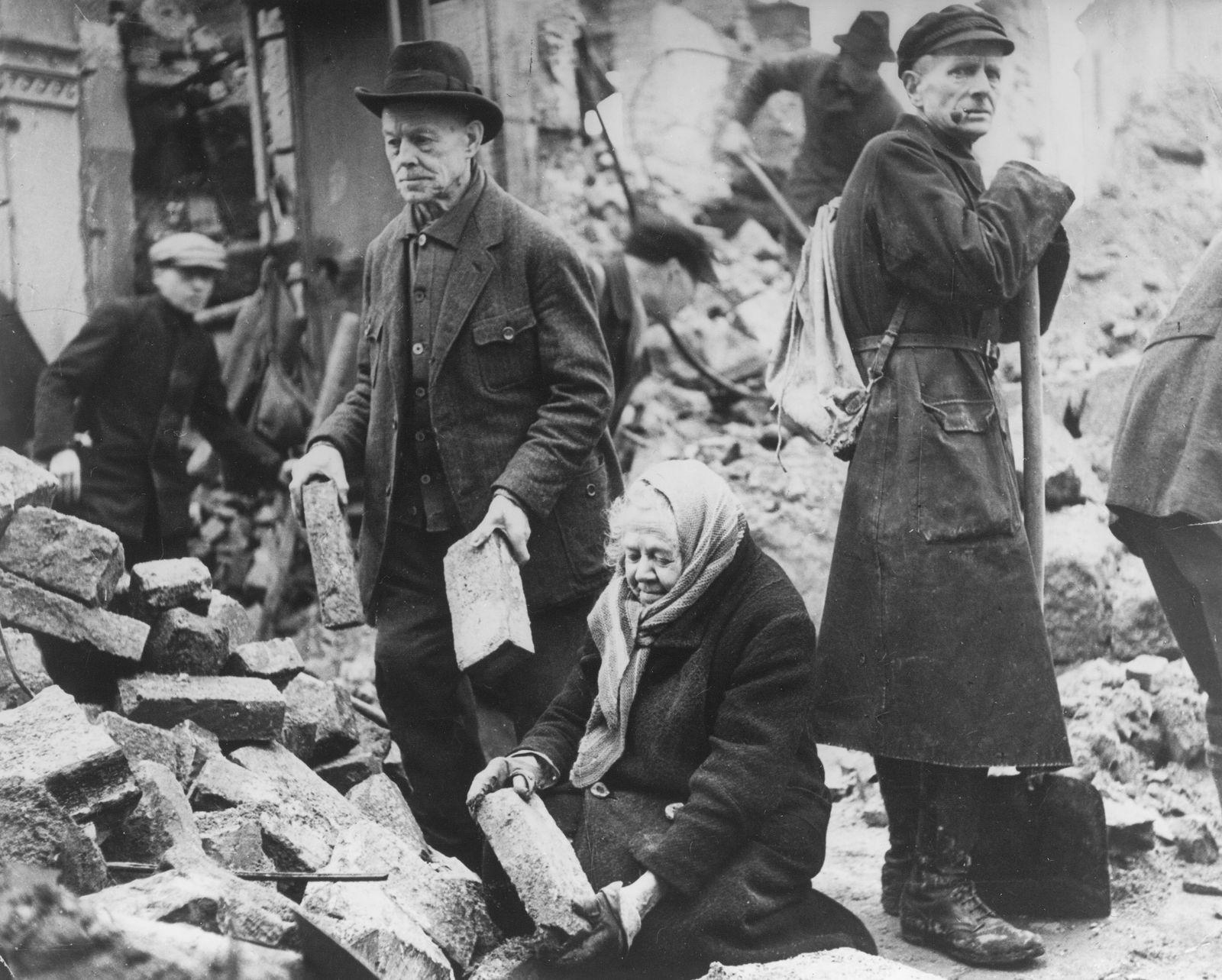 Die Einwohner Dresdens beginnen nach den Luftangriffen